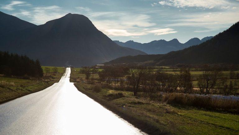 Grønne marker mellom ville fjell, det er Helgeland © Steinar Skaar