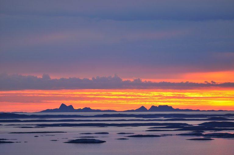 Utsikt mot øyriket ved midnatt om sommeren © Steinar Skaar