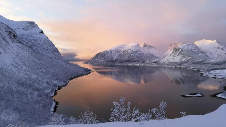 """Vinterstemning sett fra """"Magasuget"""" i Bergsbotn, kort kjøring fra Hamn © Hamn i Senja"""