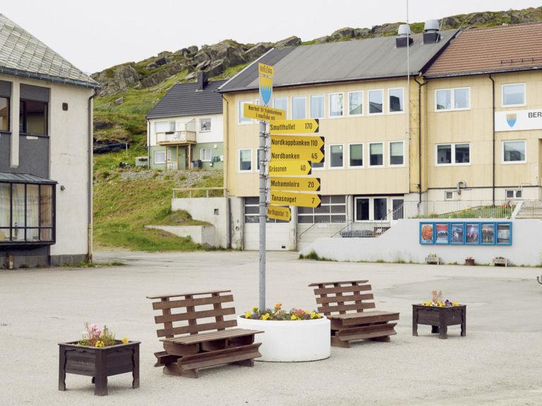 Sentrum i Berlevåg, men offentlige bygninger i gjenreisningsstil © Emile Holba