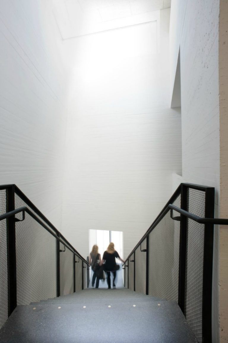 Staircase surrounded by white space © Hamsunsenteret