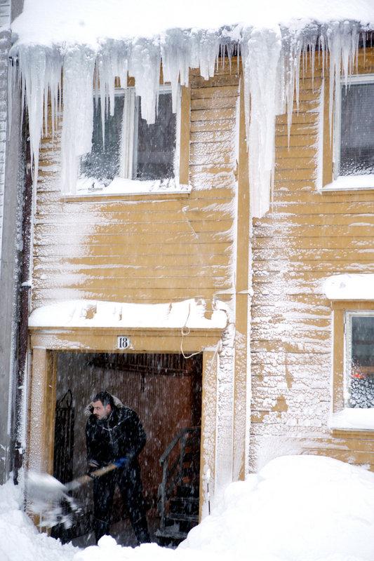 En runde med måking før man skal på jobb er hverdag vinterstid i Tromsø © Yngve Olsen Sæbbe