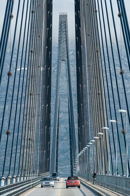 Tårn og kabler på Helgelandsbrua ©Jarle Waehler