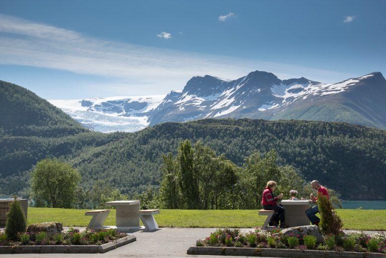 Stoppested på Nasjonal turistveg, med Svartisen i bakgrunnen © Steinar Skaar