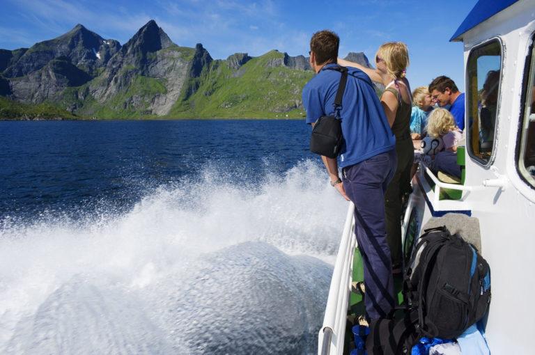 Med båt ut Reinefjorden © Bård Løken