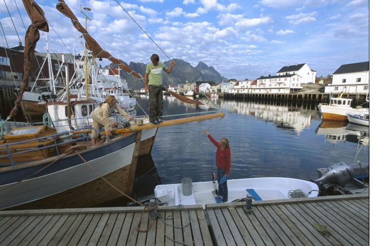 Det er ikke få mennesker som har kommet sjøveien til Henningsvær gjennom tidene © Terje Rakke
