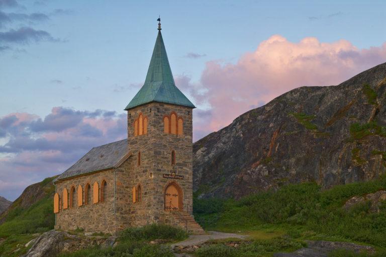 Grense Jakobselv er et endepunkt i Norge, med det vakre lille kapellet fra 1869 © Bård Løken