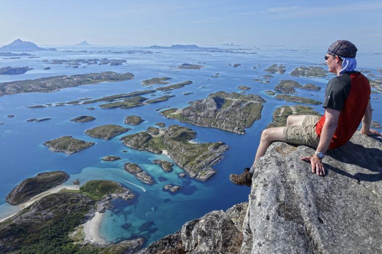 Utsikt fra Rødøyløva sørover mot Hestmannen, Lovund og Træna ute til høyre © Stefan Barth
