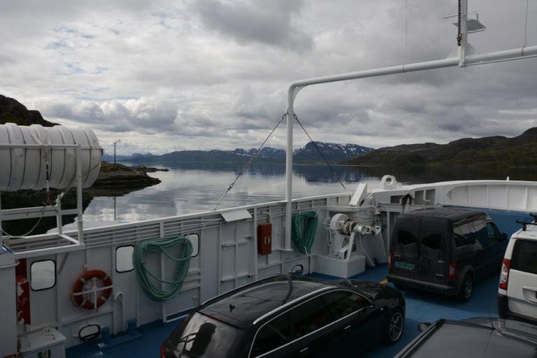 Den lille ferga Akkarfjord - Kjerringholmen tas for å nå fjellene på Seiland © Knut Hansvold