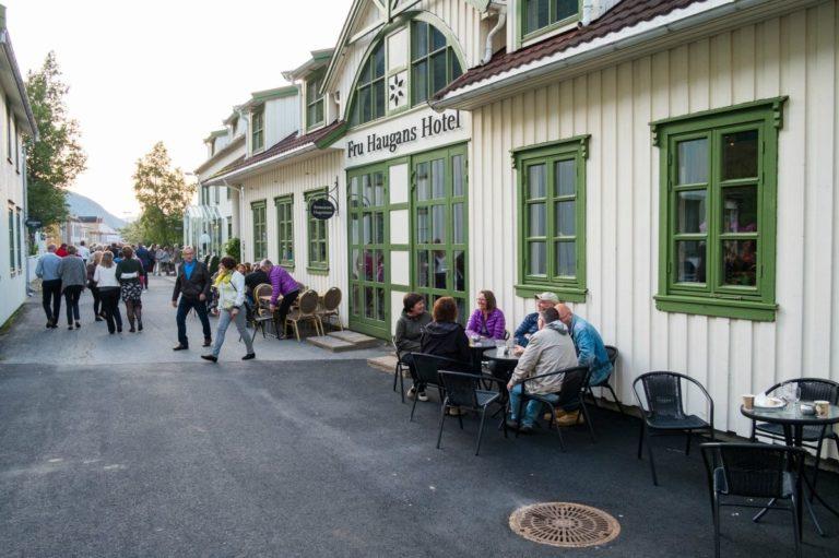 Fru Haugans ligger i starten av Sjøgato, Mosjøens fine, gamle gate © Fru Haugans Hotel