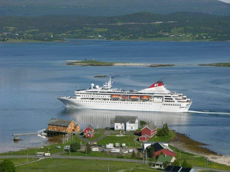 Cruiseskip stryker rett forbi © Sandtorgholmen