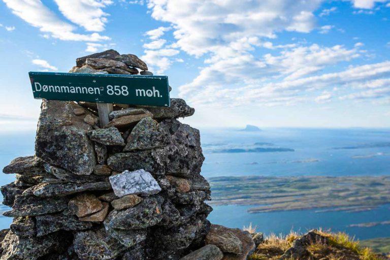 Bak ser du Lovund med sitt karismatiske fjell © Mats Hoel Johannessen