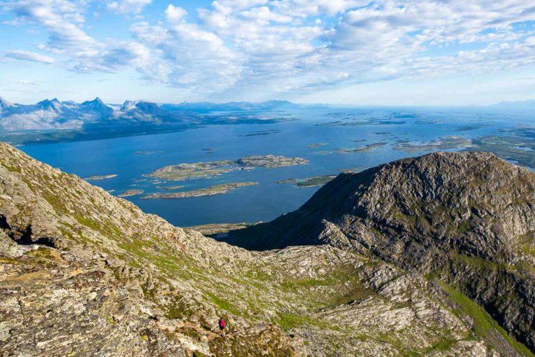 Utsikt mot Herøy, De Syv Søstre, Tjøtta og andre små øyer © Mats Hoel Johannessen
