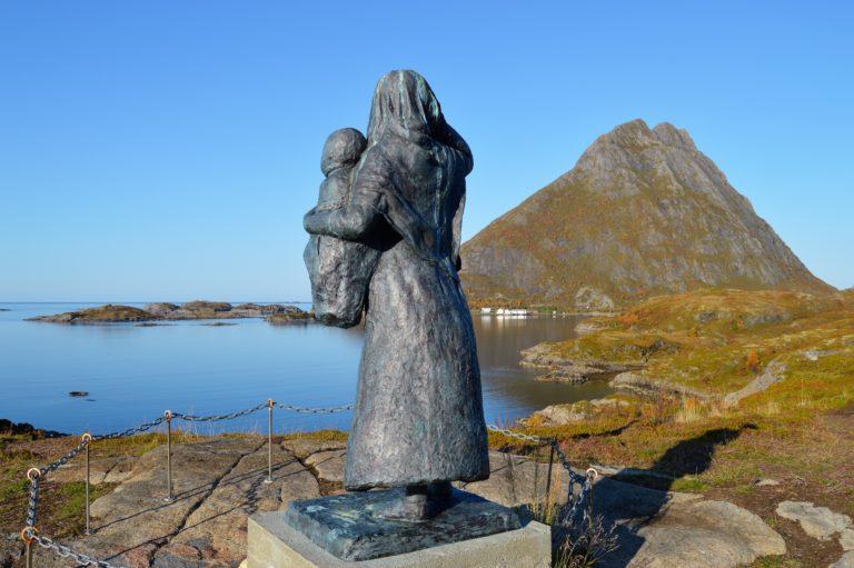 Feskarkona ser ut mot havet og mot Skipnes © Kjetil Paulsen