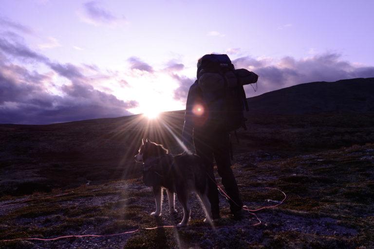 Sola titter fram på vei mot toppen © Turgleder