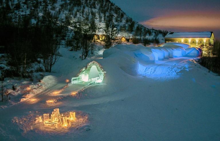 Kirkenes Snow Hotel har noe overjordisk over seg i vintermørket © Kirkenes Snow Hotel