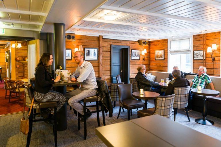 Om du bor i nyfløyen, går du over i baren for en duft av historie © Fru Haugans Hotel