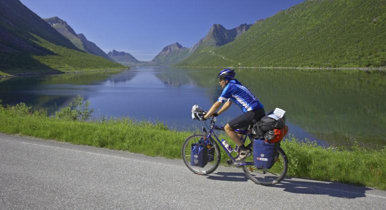 På sykkel langs Bergsfjorden. Landskapet er vilt og dramatisk, men veien følger fjæra © Bård Løken