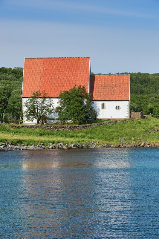 Trondenes kirke fra sør. Her sees restene av forsvarstårnet til høyre for koret © Bård Løken