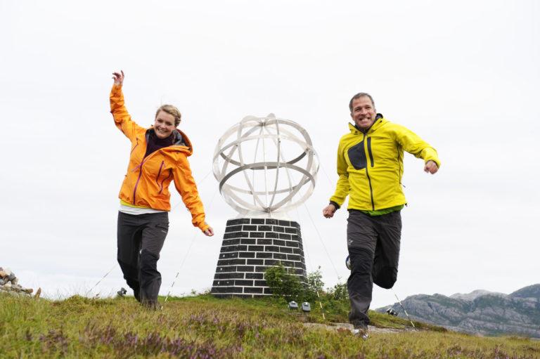 Polarsirkelen kjennetegnes av et stort monument © Terje Rakke
