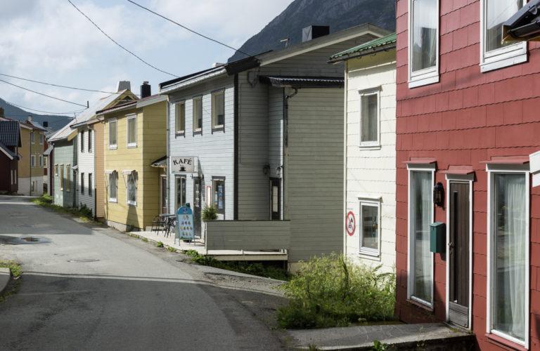 Gryllefjord er tett og fargerikt. Gå en tur på kafe mens du venter på ferga © Helge Stibakke/Statens vegvesen