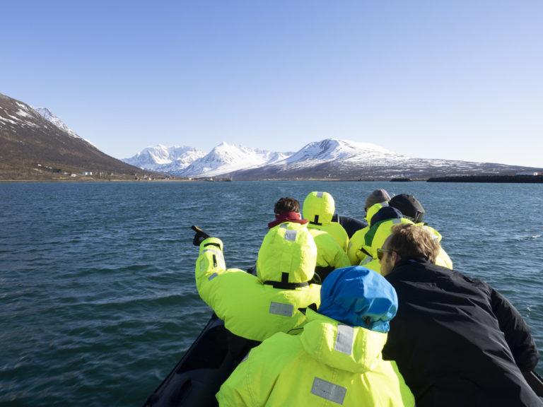 Med båt når du fjernere fjell © Kristin F Olsen
