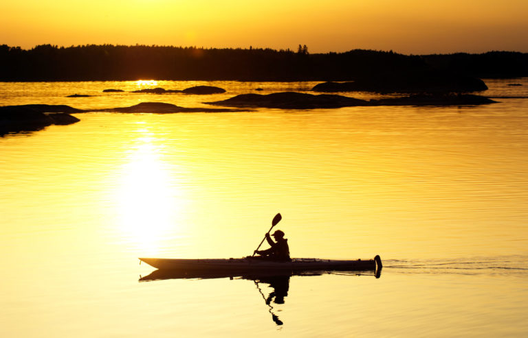 Kajakk inn i solned...øh...midnattssola © Bjarne Riesto