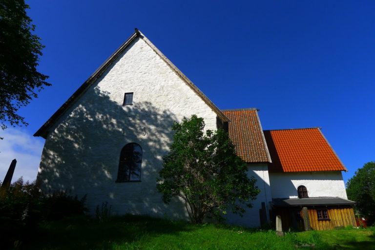 Gildeskål gamle kirke ble bygd tidlig på 1100-tallet © Renate Sandvik