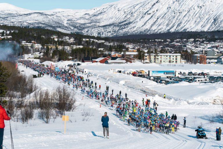 Mellom 1.500 og 2.000 løpere på Artillerisletta i det startskuddet går © Magnus Östh