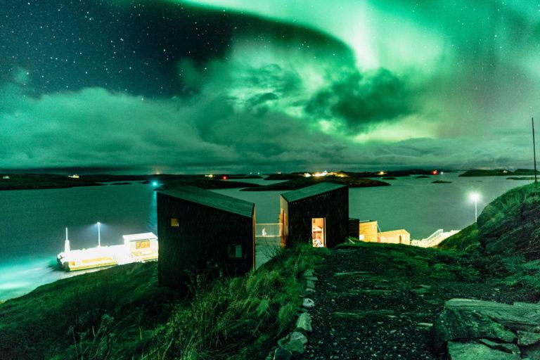 Nordlyset danser over de lave øyene i Fleinvær © Martin Losvik