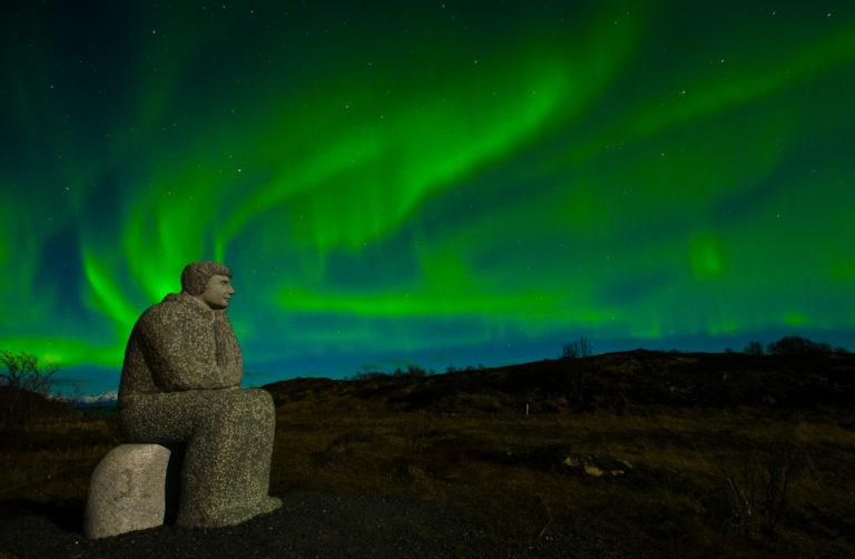 Aurora danser over skulpturene på Hamarøy © Ketil Kaasli