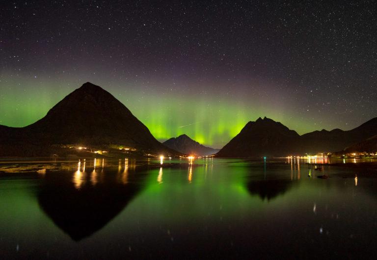 Nordlys i Aldersundet på Nord-Helgeland © Simon Fossheim