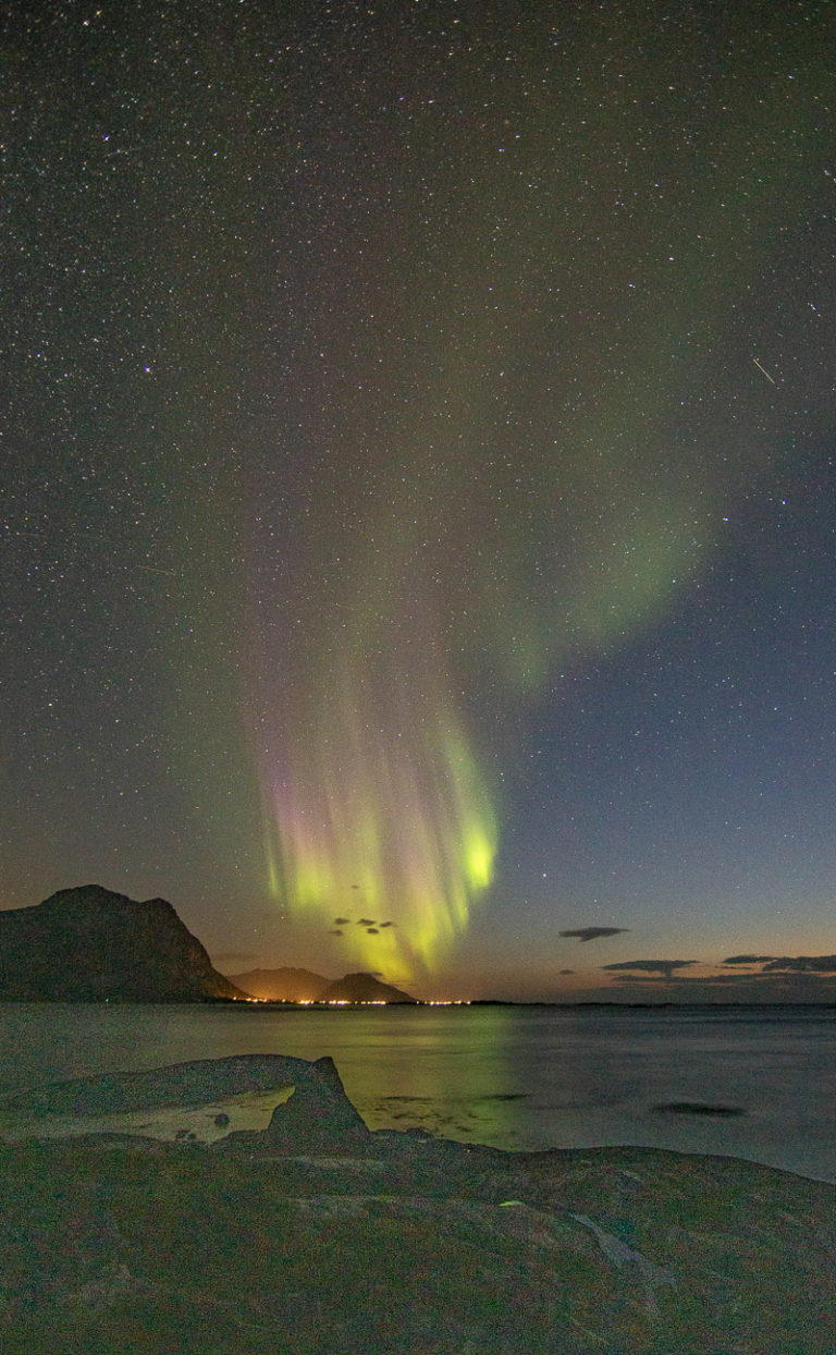 Autumnal Northern Lights. The lights are particularly high, cause the reddish pink colours © Lofoten Aktiv