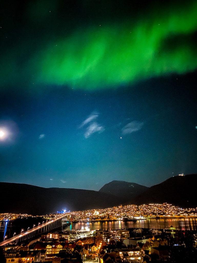 Nattbilde med mobilkamera i bymiljø © Knut Hansvold
