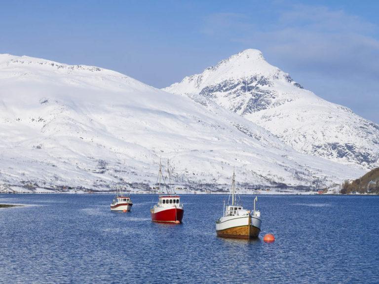 Kaldfjorden på Kvaløya ligger rett ved mange av de mest populære toppturene i nærområdet til Tromsø © Bård Løken