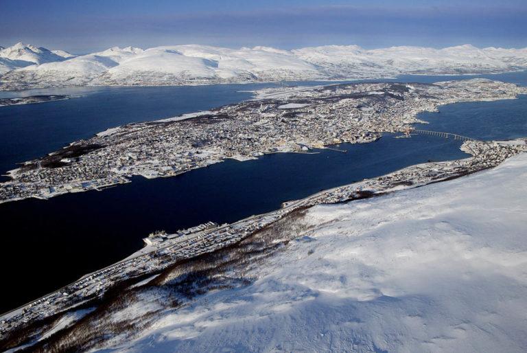 Tromsøya er der du finner sentrum av Tromsø. Området rundt er proppfult av skifjell © Yngve Sæbbe Olsen