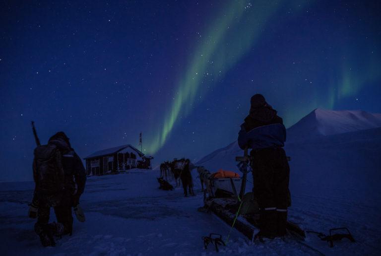 På hundetur til en avsides hytte under nordlyset © Jan Hvizdal