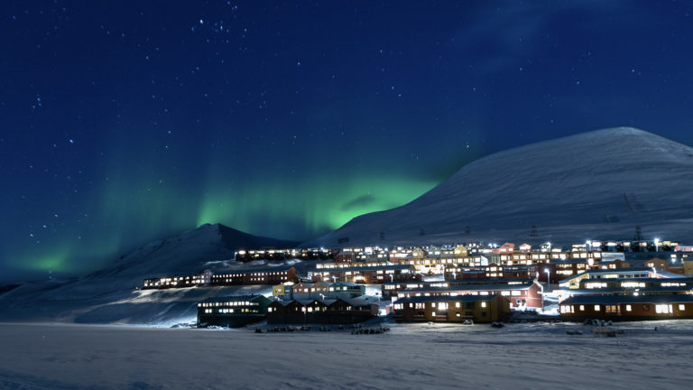 Lys og varme fra byen en kald nordlyskveld © Jarle Røssland