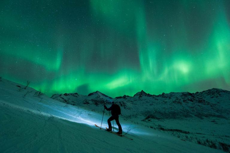 Ei litt over snittet sterk hodelykt kan gjøre skiopplevelsen til det lille ekstra © Lars Mathisen / Visit Tromsø