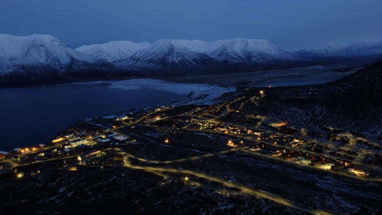 Senhøst og blåtime i Longyearbyen © Visit Svalbard