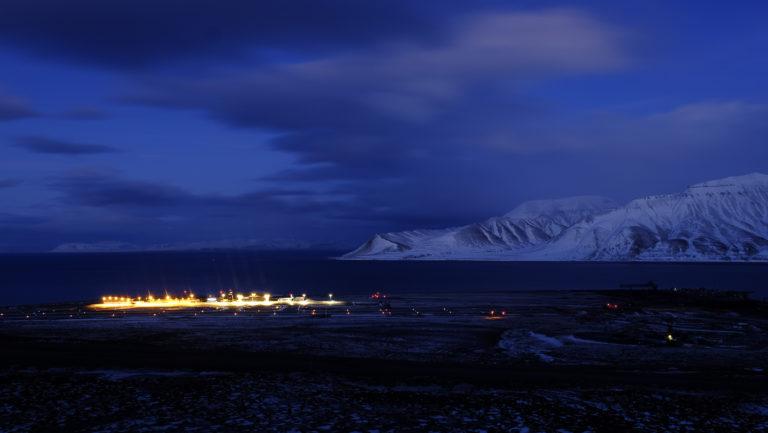 Blå vinterlandskaper rundt flyplassen © Visit Svalbard