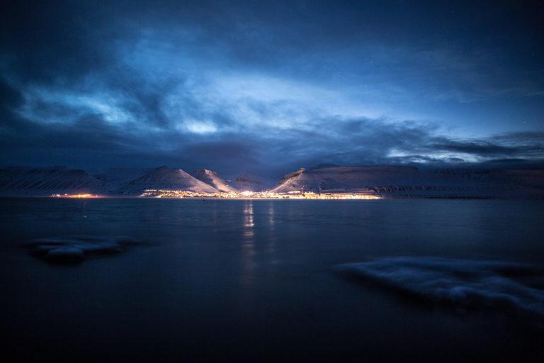 Longyearbyen glitrer i fjordisen © Jeppe Kuld