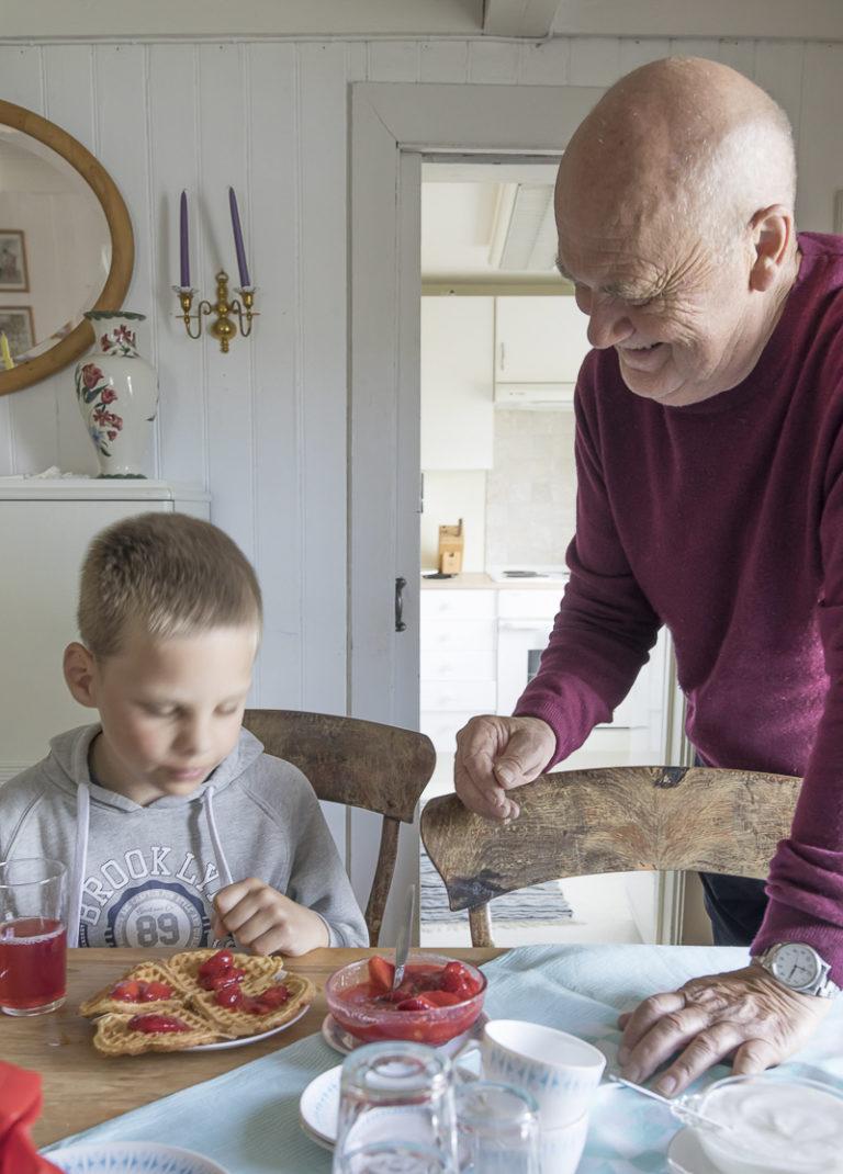 Saft og vafler med syltetøy på Halsgården. Finnes det noe bedre for en åtteåring? © Kathrine Sørgård