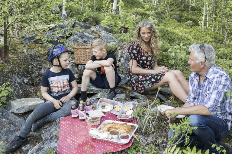 Lunsj i det fri langs sykkelstien mellom Storjord og Nordnes © Kathrine Sørgård