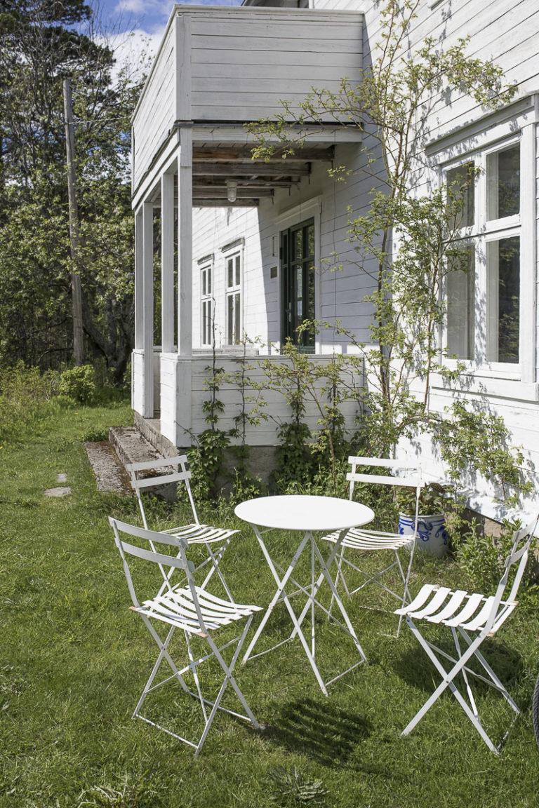En god solvegg. Storjord hotell har åpen sommerkafe i hagen enkelte dager i uken. © Kathrine Sørgård