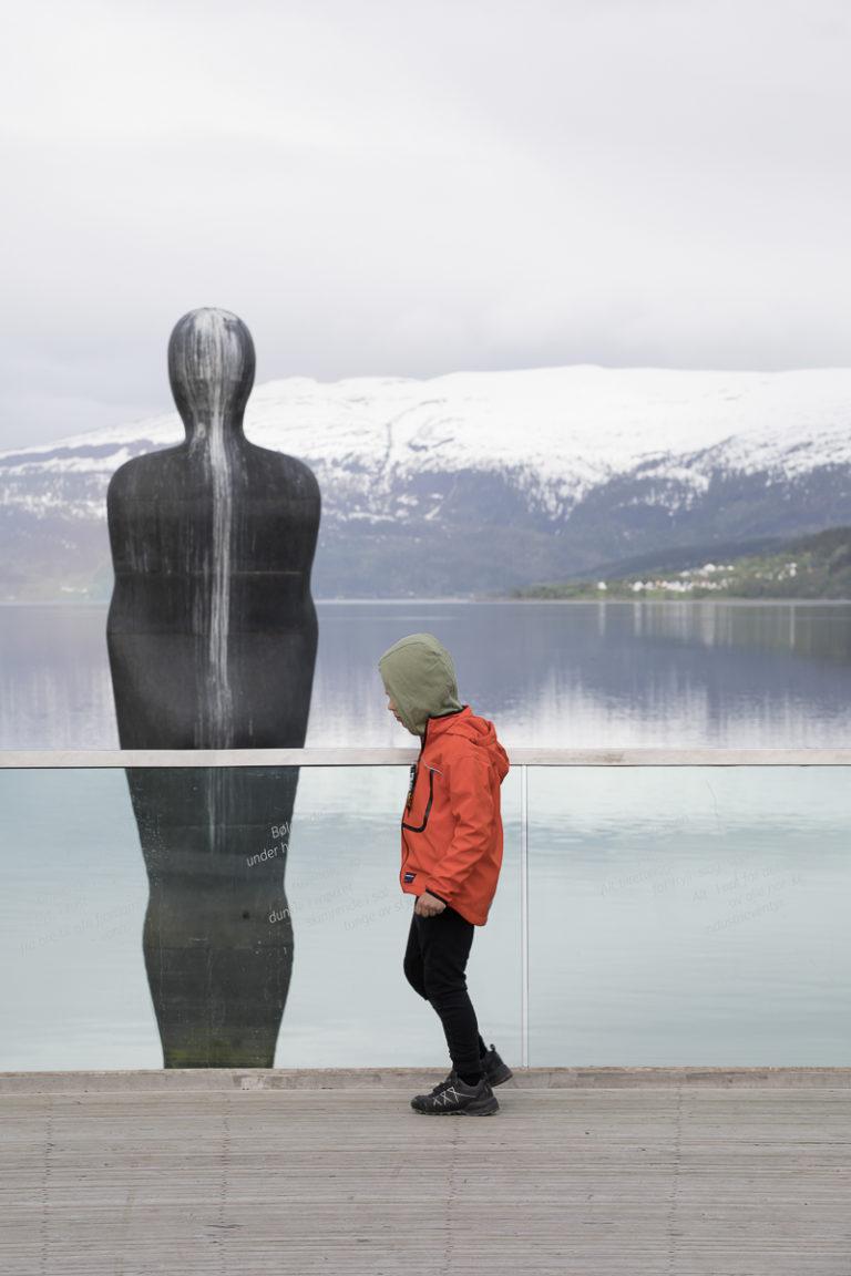 Havmannen, og en meget ung mann. Han til venstre er del av Skulpturlandskap Nordland © Kathrine Sørgård