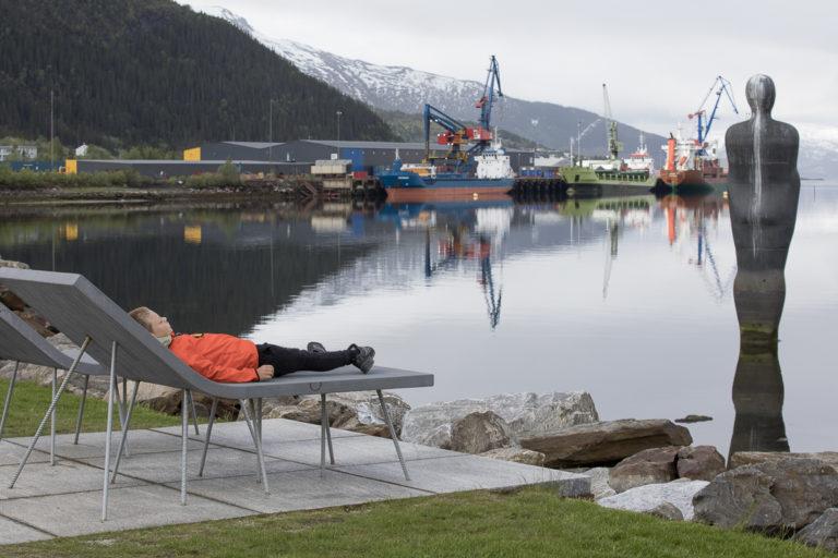 Mye Mo i Rana i ett bilde; Havmannen, en travel industrihavn og litt avslappende luksus på Moholmen © Kathrine Sørgård