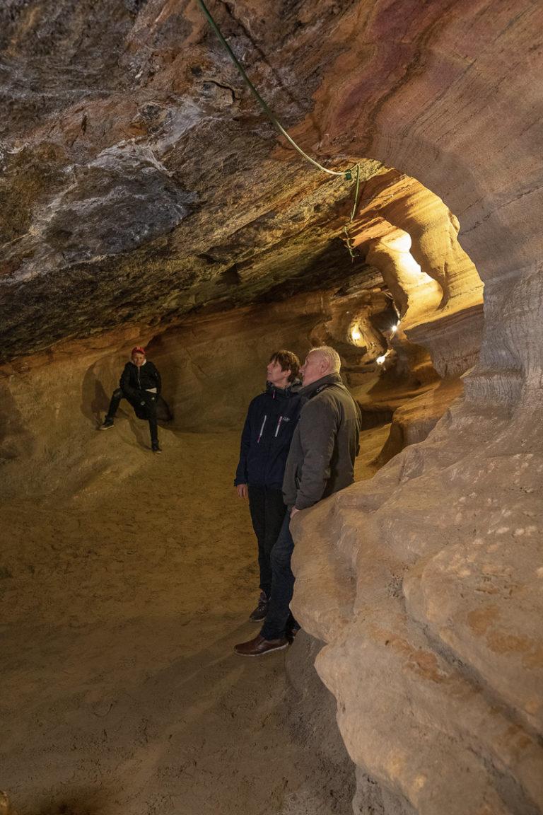 Bli med på guidet tur i Grønligrotta. Ta deg tid til å studere detaljene i berget © Kathrine Sørgård