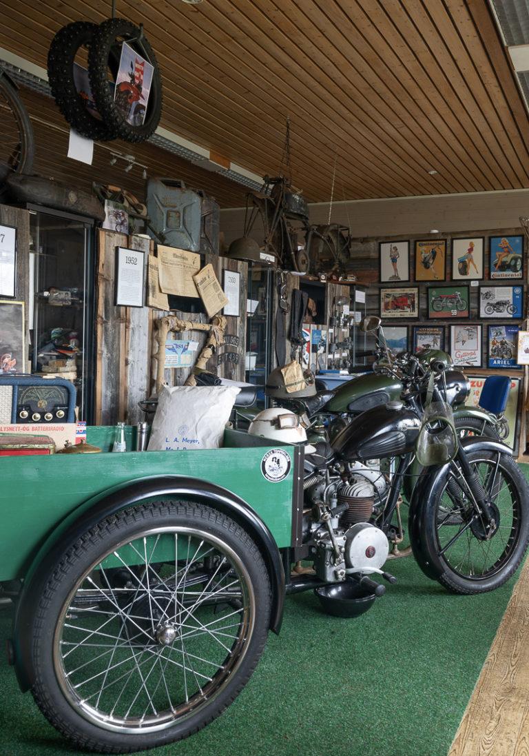 Kule, gamle motorsykler, foran en Tempo Transport © Kathrine Sørgård
