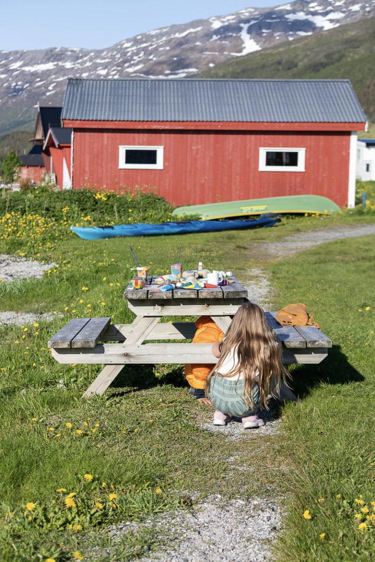 Bordet er dekket til maling i friluft, midt i løvetanna © Kathrine Sørgård